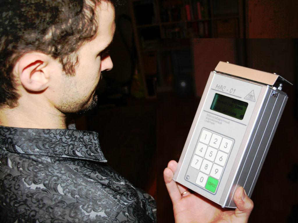 Дмитрий измеряет ионизацию воздуха в квартире