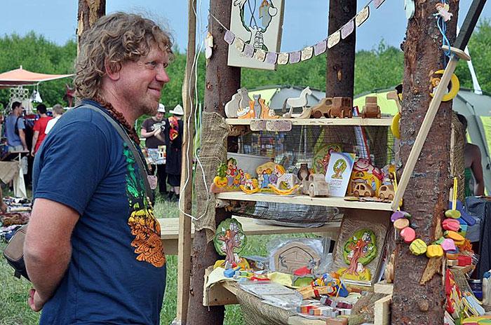 Михаил Машинец делает деревянные игрушки уже более 15 лет